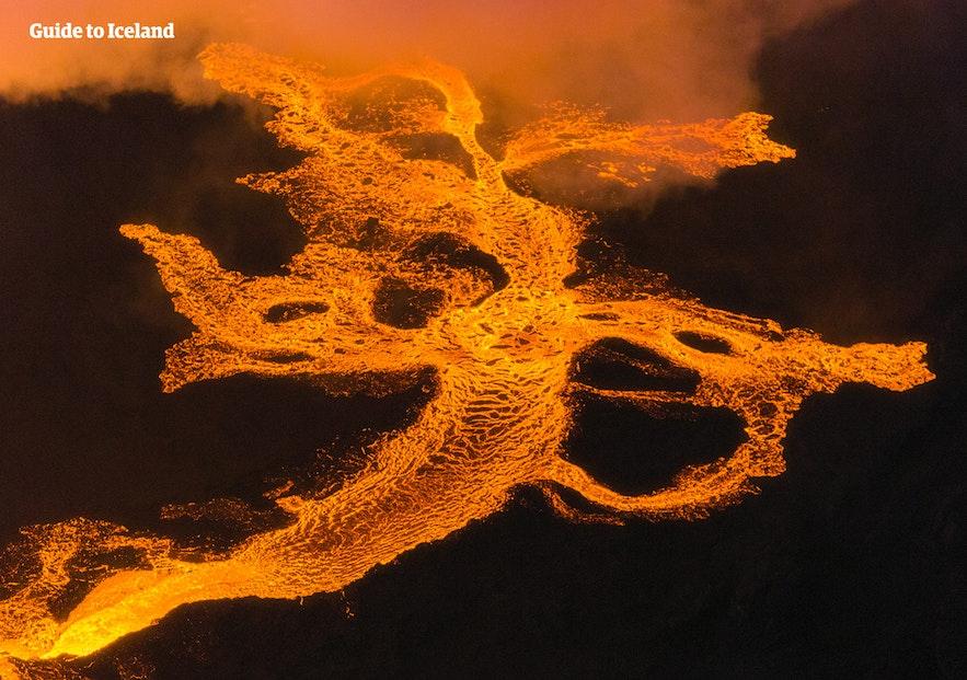 Lavaen slanger sig væk fra Holuhraun-udbruddet i det islandske højland.