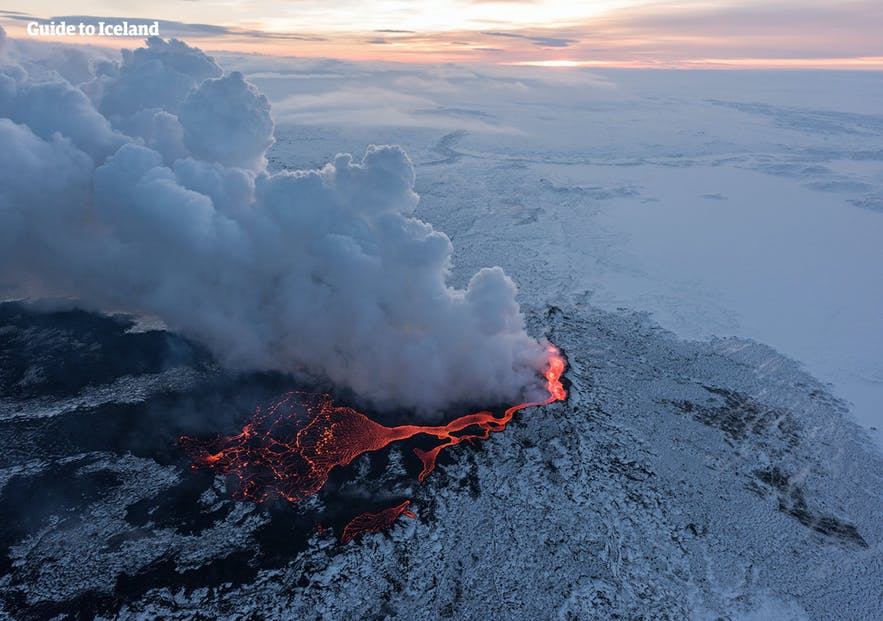 Wylewająca się magma podczas erupcji wulkanu, zima na Islandii.
