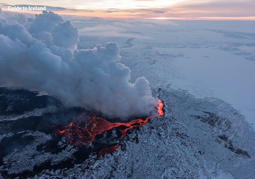 Cendres flottant du volcan Holuhraun en Islande.