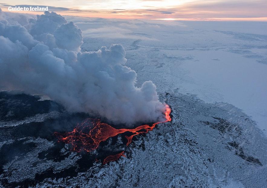 Cenere che fluttua da Holuhraun, un vulcano in Islanda.