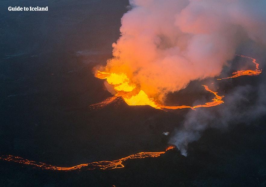 화산폭발로 마그마가 분출하고 있는 아이슬란드