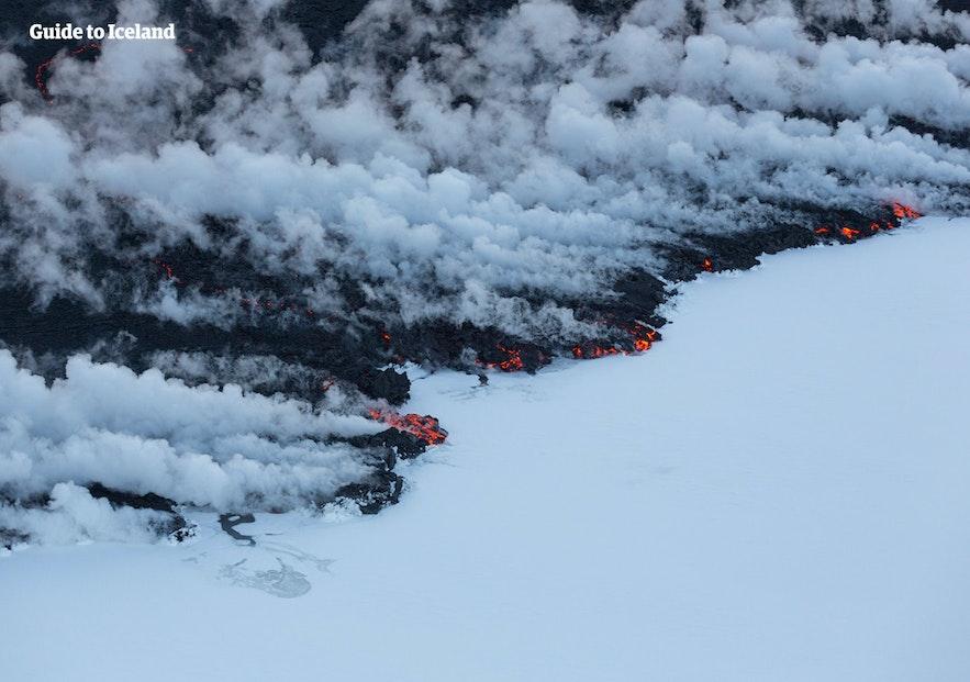 När lava kommer upp från under isen är det askmolnet som förstör mycket mer.