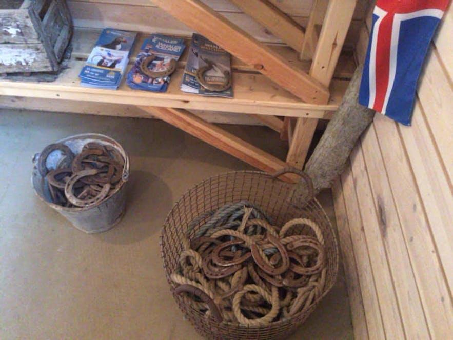 籠の中にはたくさんの蹄鉄