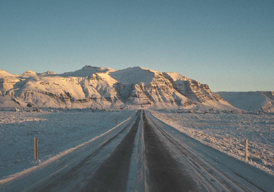 冬季的冰岛路面有一定的危险性