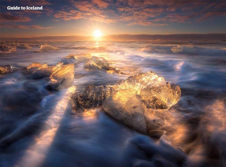 Czarna Diamentowa Plaża, na której leży wiele krystalicznie czystych gór lodowych wyrzuconych na brzeg przez Atlantyk.