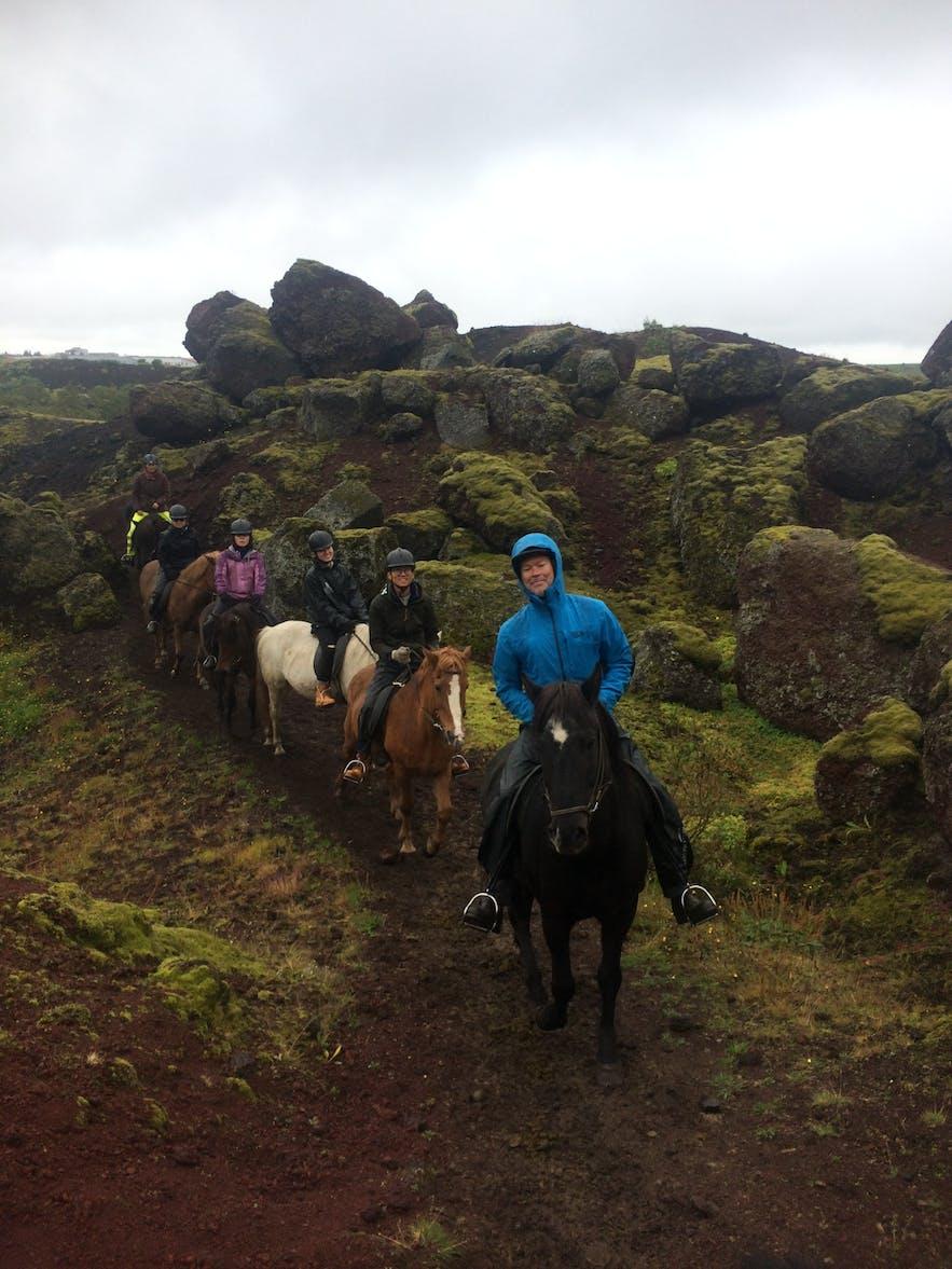 乗馬コースには赤い砂、黒い溶岩石とのコントラストが綺麗