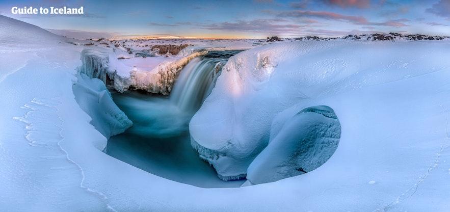 冰岛的冬季天气冷峻,最安全的行摄方式就是跟随专业摄影向导且乘坐四驱车出行