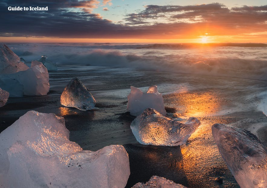 冰岛南岸杰古沙龙旁的钻石沙滩在午夜太阳的照耀下闪烁着璀璨的光辉