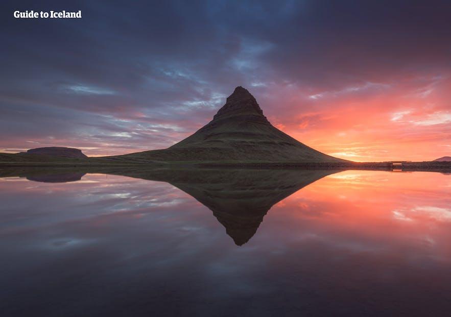 被冰岛夏季午夜太阳照亮的西部斯奈山半岛草帽山Kirkjufell