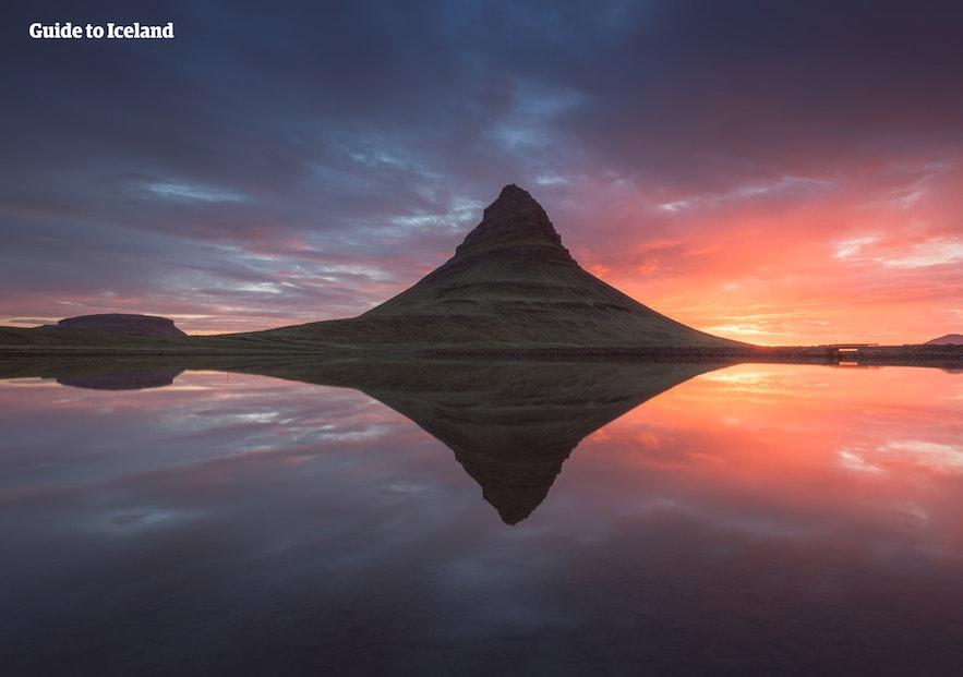 草帽山在午夜阳光的照耀下显得格外优美