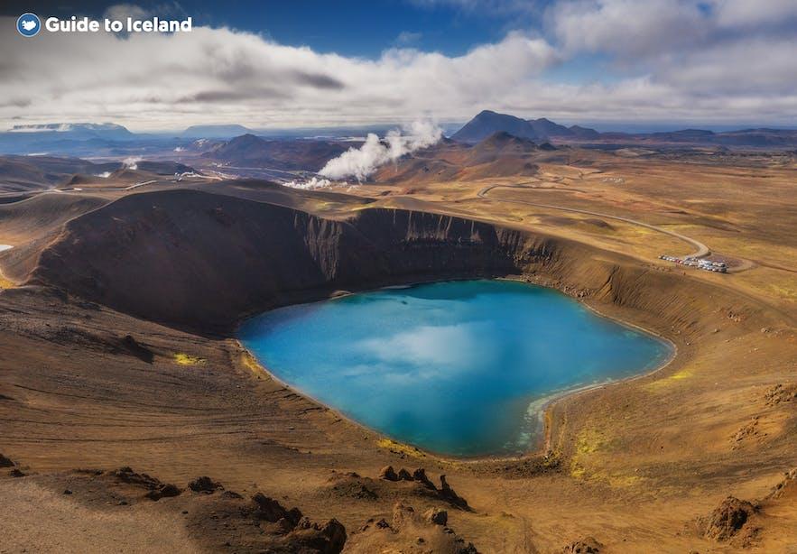 米湖地区有多种地热地貌,夏季的Víti火山湖从天空看去像一只美丽的蓝眼睛