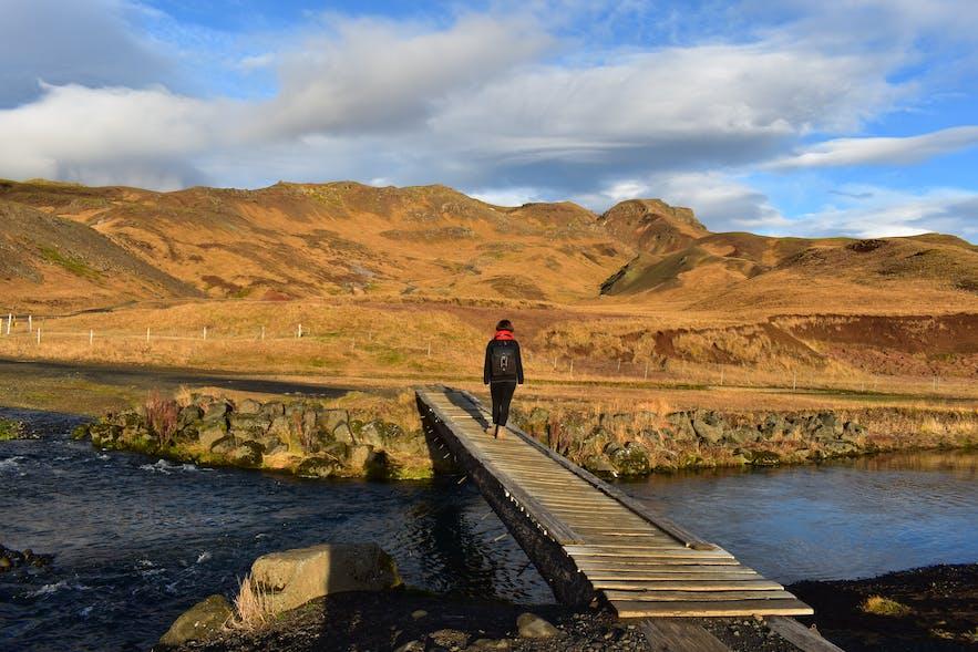 Fußgänger Brücke über den Fluß am Parkplatz bei Reykjadalur