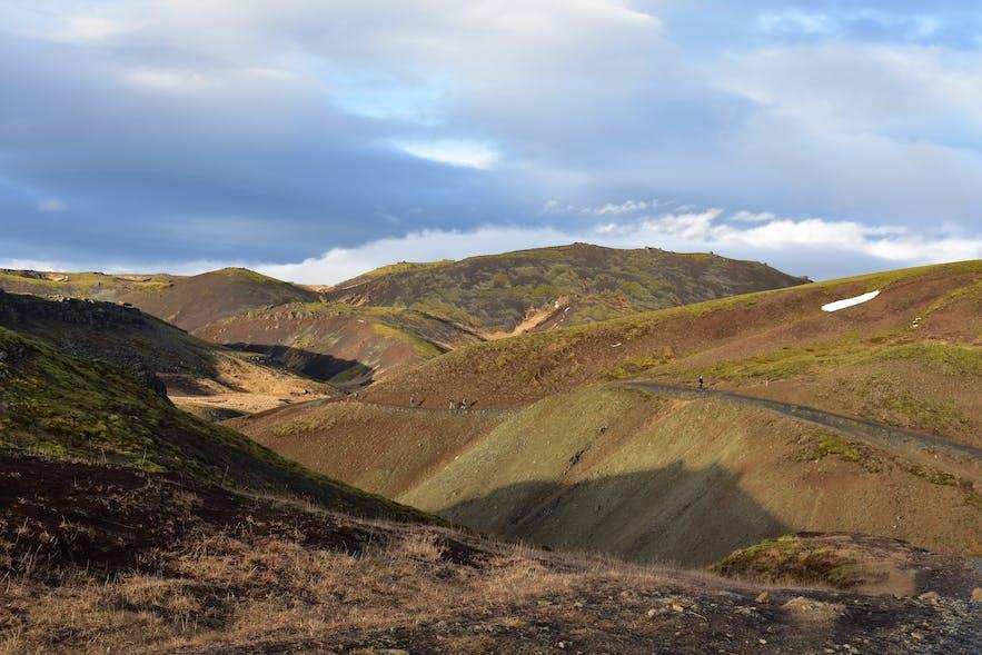 Steiler Hang auf dem Wanderweg zur heißen Quelle in Island