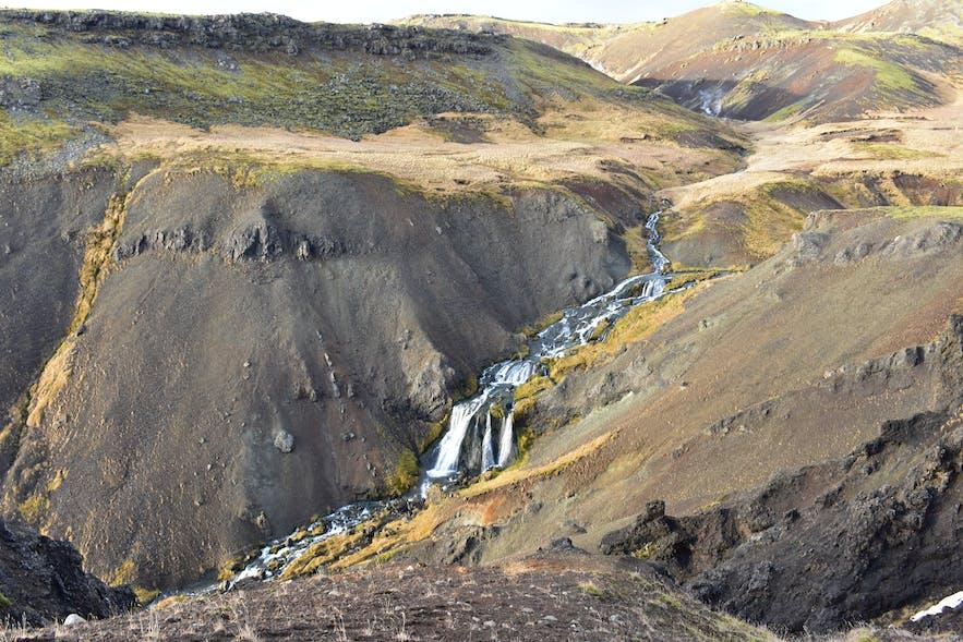 Wasserfall Djúpagilsfoss bei Reykjadalur in Island