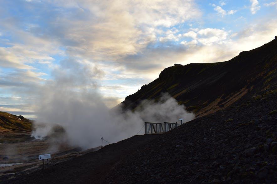 Brücke über heiße Quelle auf dem Wanderweg zu Reykjadalur