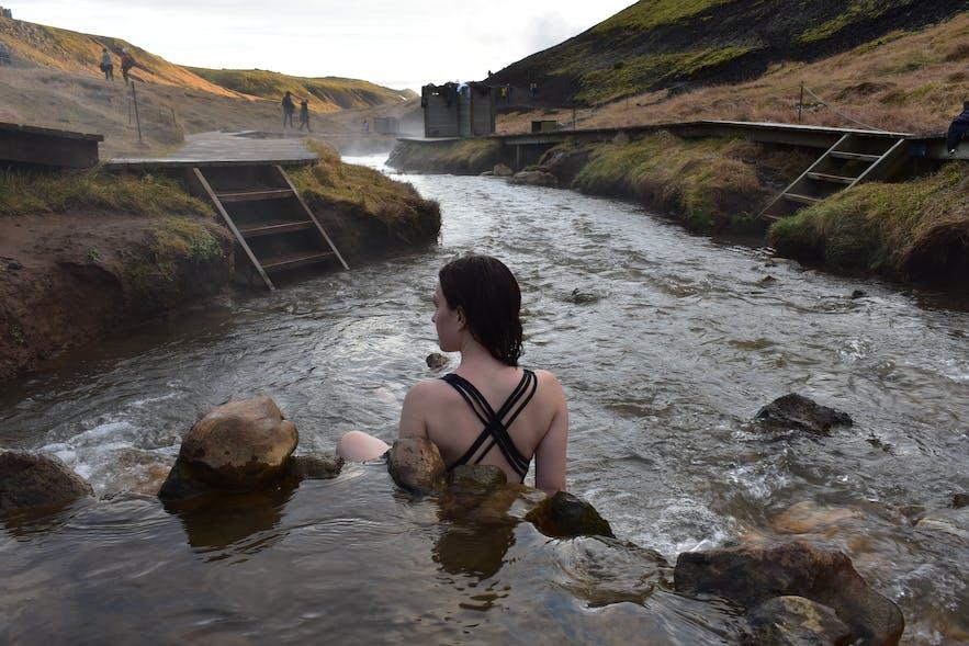 Heißer Fluss bei Reykjadalur, angelegter Holzpfad mit Sichtschutz