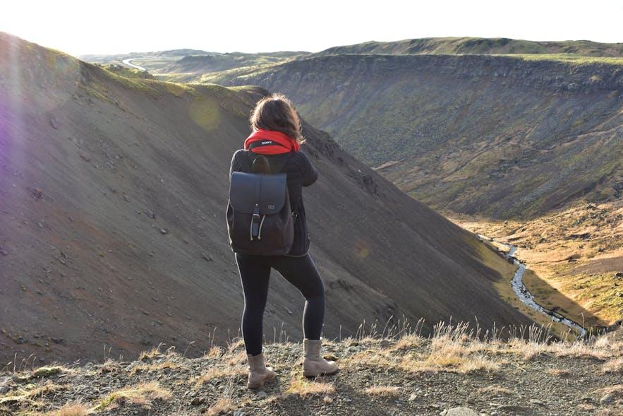 Ausblick über die Schlucht bei Reykjadalur genießen