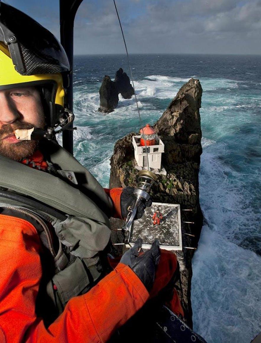 傲立于冰岛大西洋海浪中的Þrídrangaviti灯塔