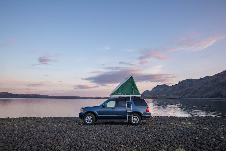 Podróżowanie po Islandii samochodem z namiotem na dachu.