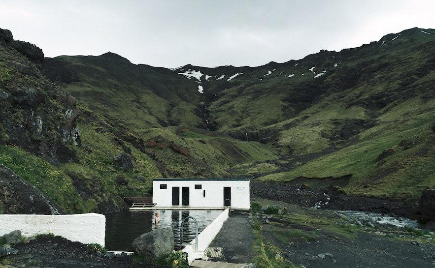 Seljavallalaug温泉是冰岛南岸的一处小众景点