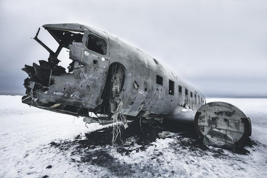 雪中的飞机残骸更具末日感