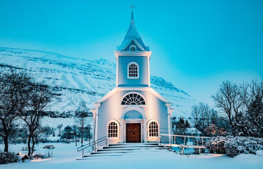 冰岛东峡湾最美小镇塞济斯菲厄泽的蓝色教堂