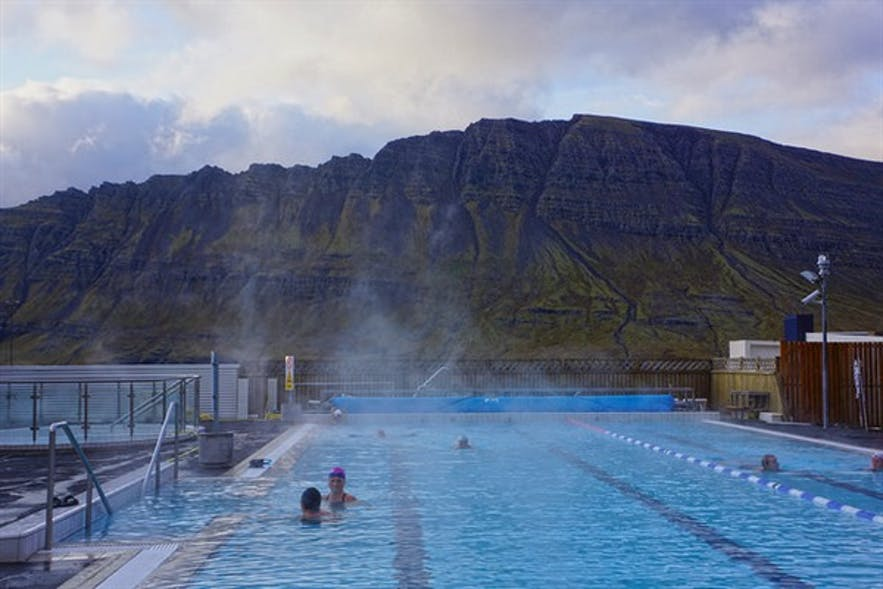 内斯克伊斯塔泽(Neskaupstaður)小镇上的温泉游泳馆