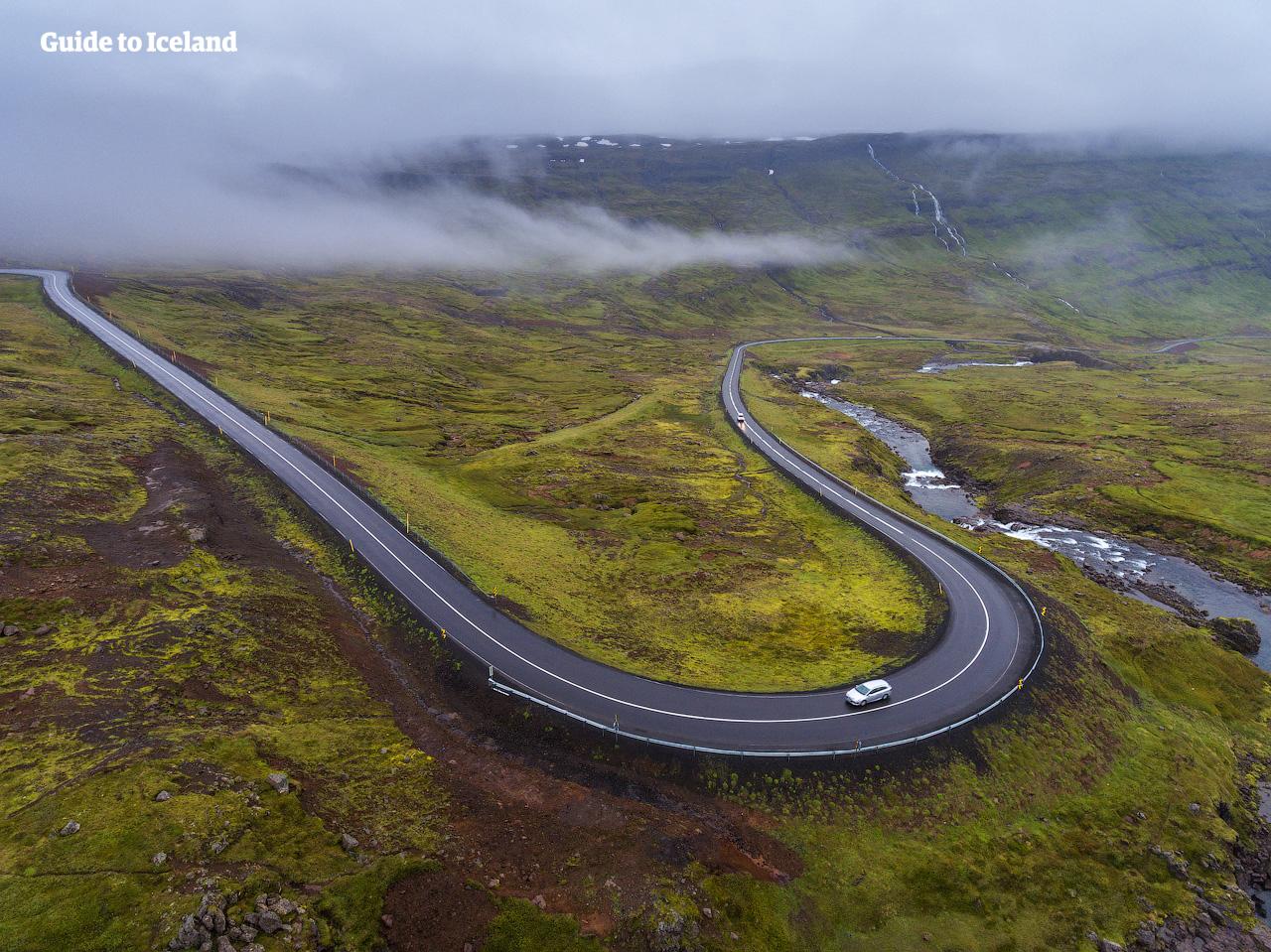 Eine Straße windet sich durch die östlichen Regionen Islands.