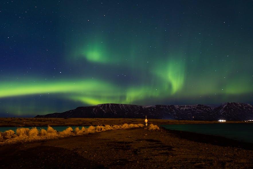 Nordlichter über dem Gebirgszug Esja