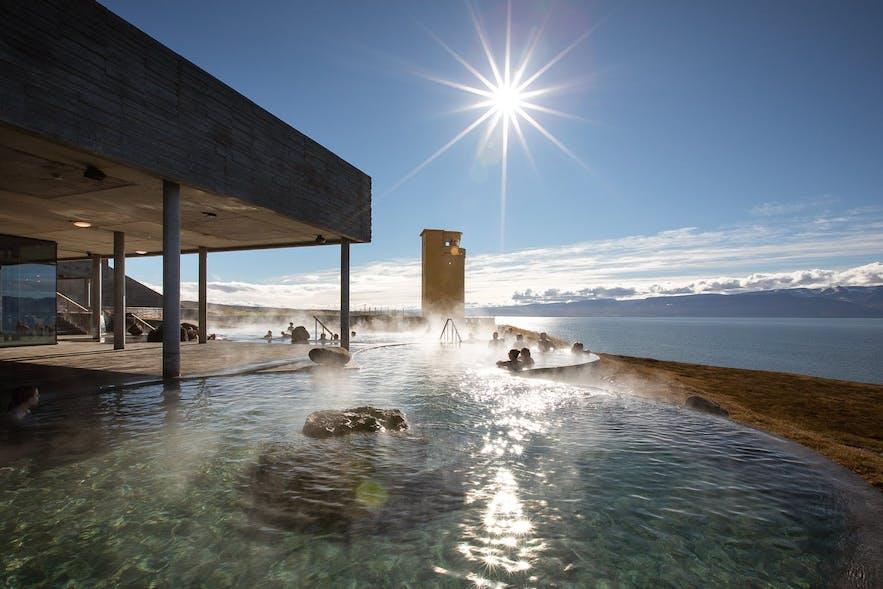Widok z basenu w Geosea, w Husaviku na północy Islandii.