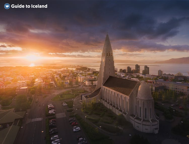 Die majestätische Hallgrímskirche im Abendlicht.
