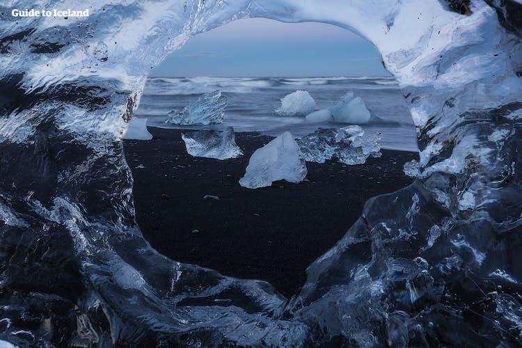 アイスランド南東部での氷河ハイキングはスカフタフェットルにあるスヴィーナフェルスヨークトル氷河で行われる