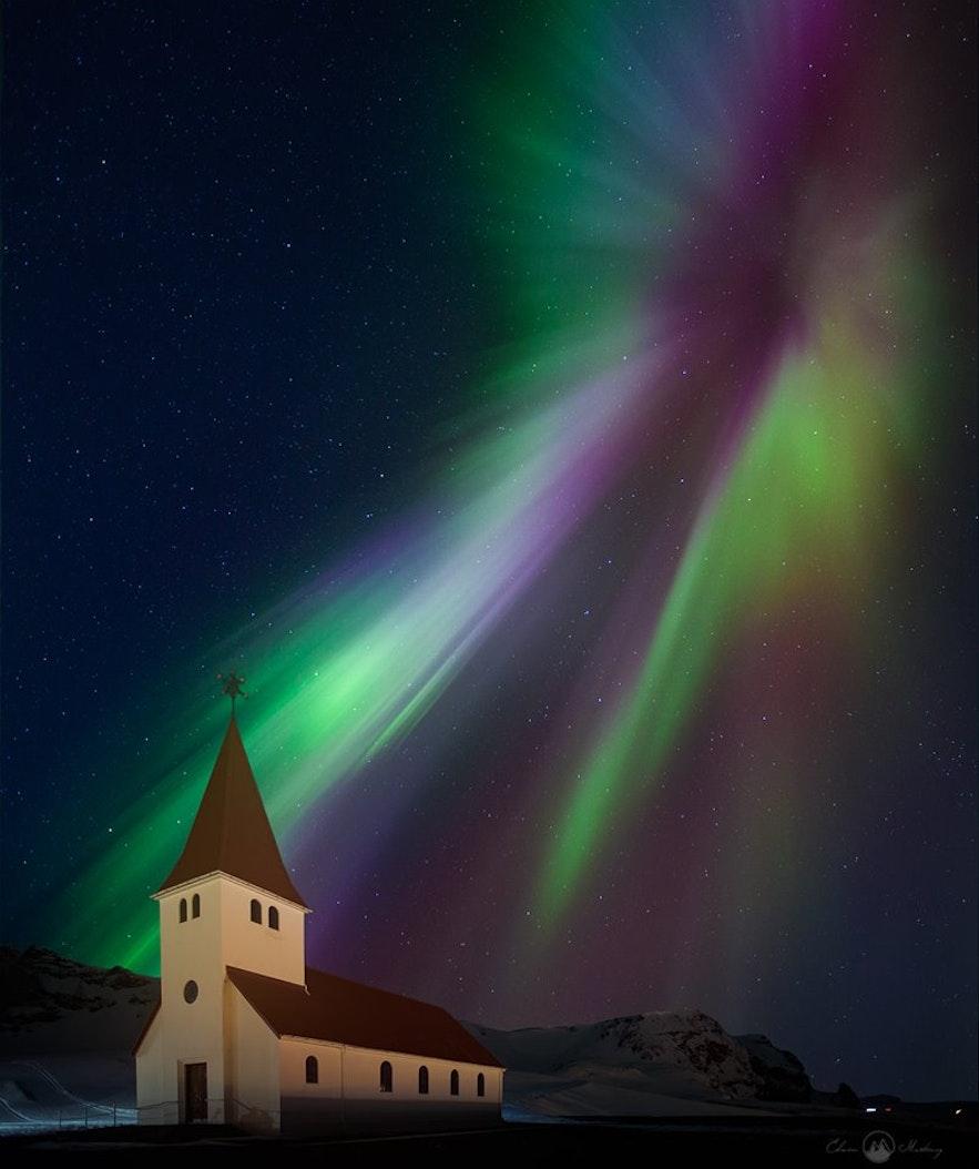 Las luces de la aurora boreal iluminan una icónica iglesia islandesa.