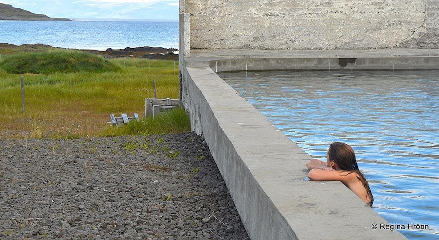 Regína in Reykjaneslaug hot swimming pool