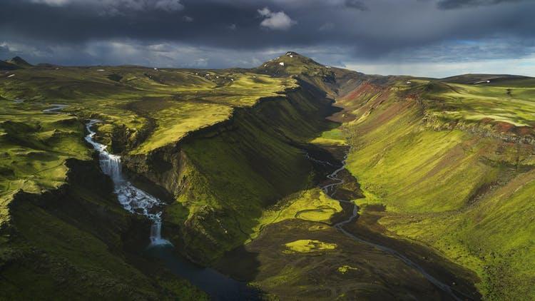 冰岛的高地颜色鲜明极具魅力,通常只在夏天可以到达