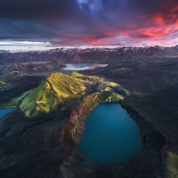午夜太阳下的冰岛中央高地火山口湖