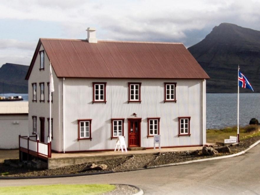 Zabytkowy budynek w Breiddalsvik, Fiordy Wschodnie.