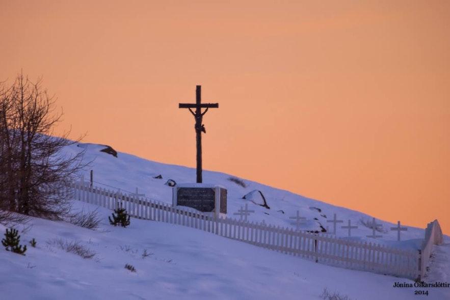 Cmentarz we Faskrudsfjordur, islandzkie Fiordy Wschodnie.