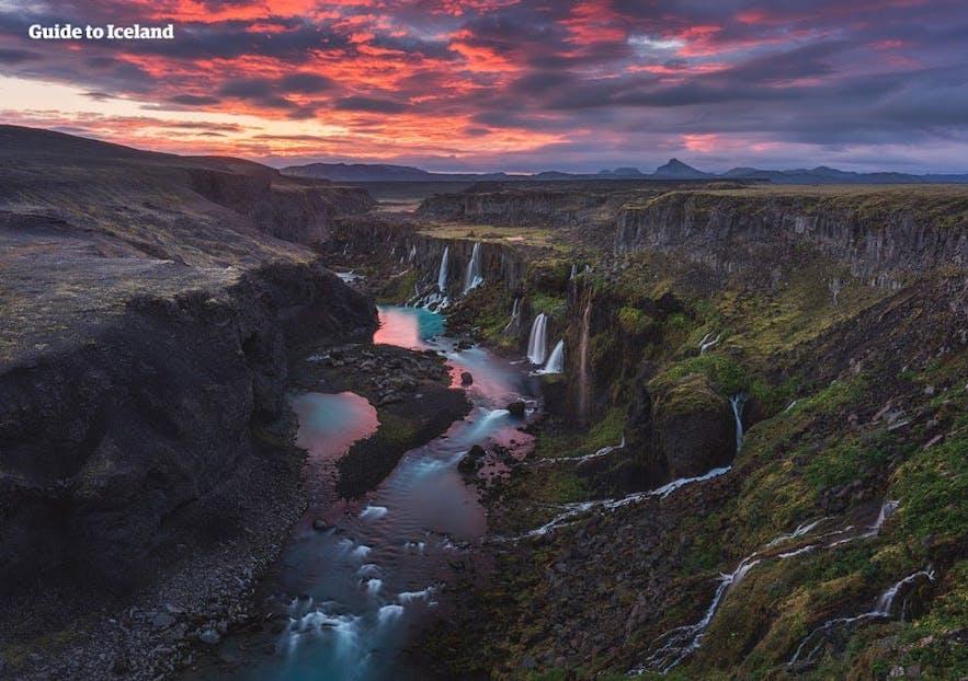 พระอาทิตย์เที่ยงคืนเหนือ Sigöldugljúfur ในไฮแลนด์ของไอซ์แลนด์