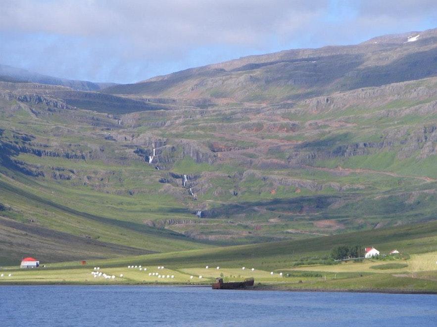 Pasmo górskie na islandzkich Fiordach Wschodnich.