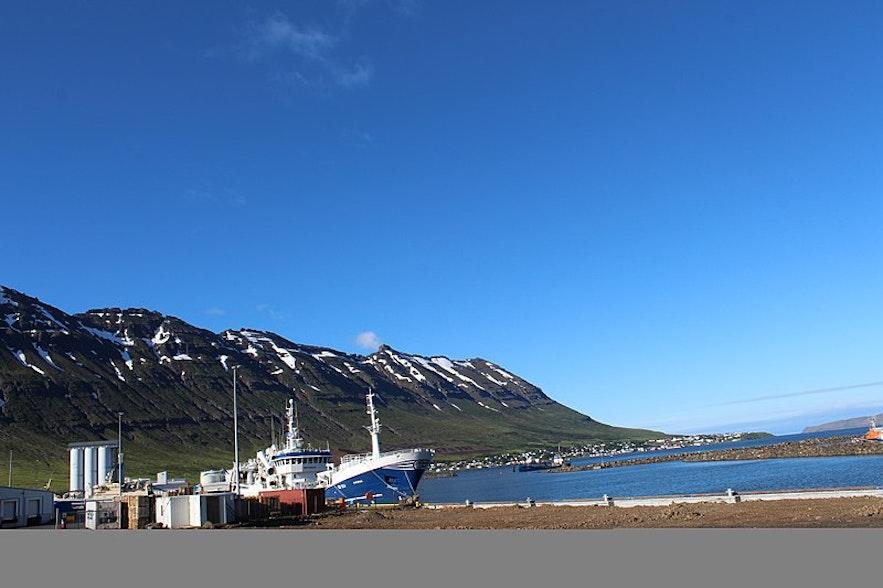 Port w Neskaupstadur, islandzkie Fiordy Wschodnie.
