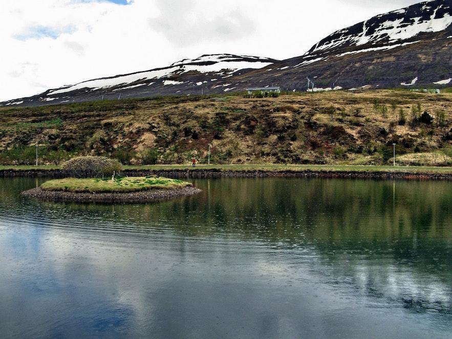 Jezioro na islandzkich Fiordach Wschodnich.