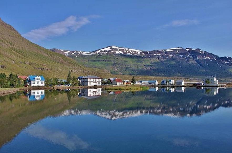 Widok na Seydisfjorur, islandzkie Fiordy Wschodnie.
