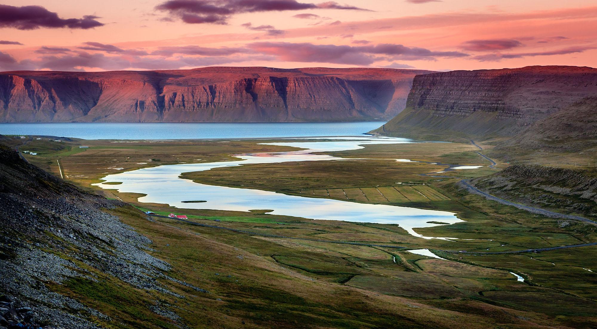 冰岛西峡湾以其雄伟的悬崖和海岸线蜿蜒陡峭的峡湾而闻名
