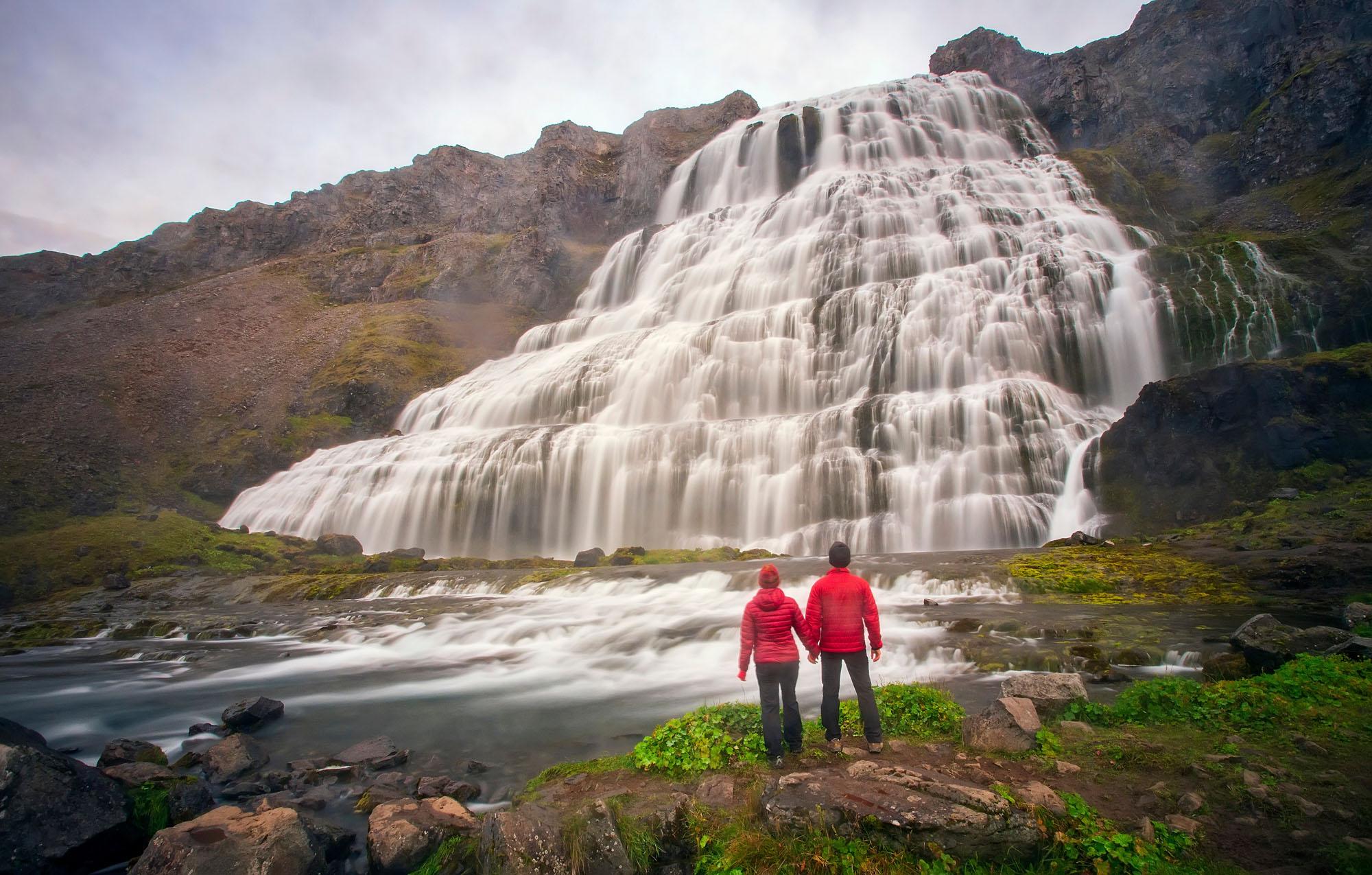 冰岛西峡湾内有雷鸣瀑布之称的丁坚地瀑布(Dynjandi)因为有梯形的外形,因此经常被比作新娘礼服。