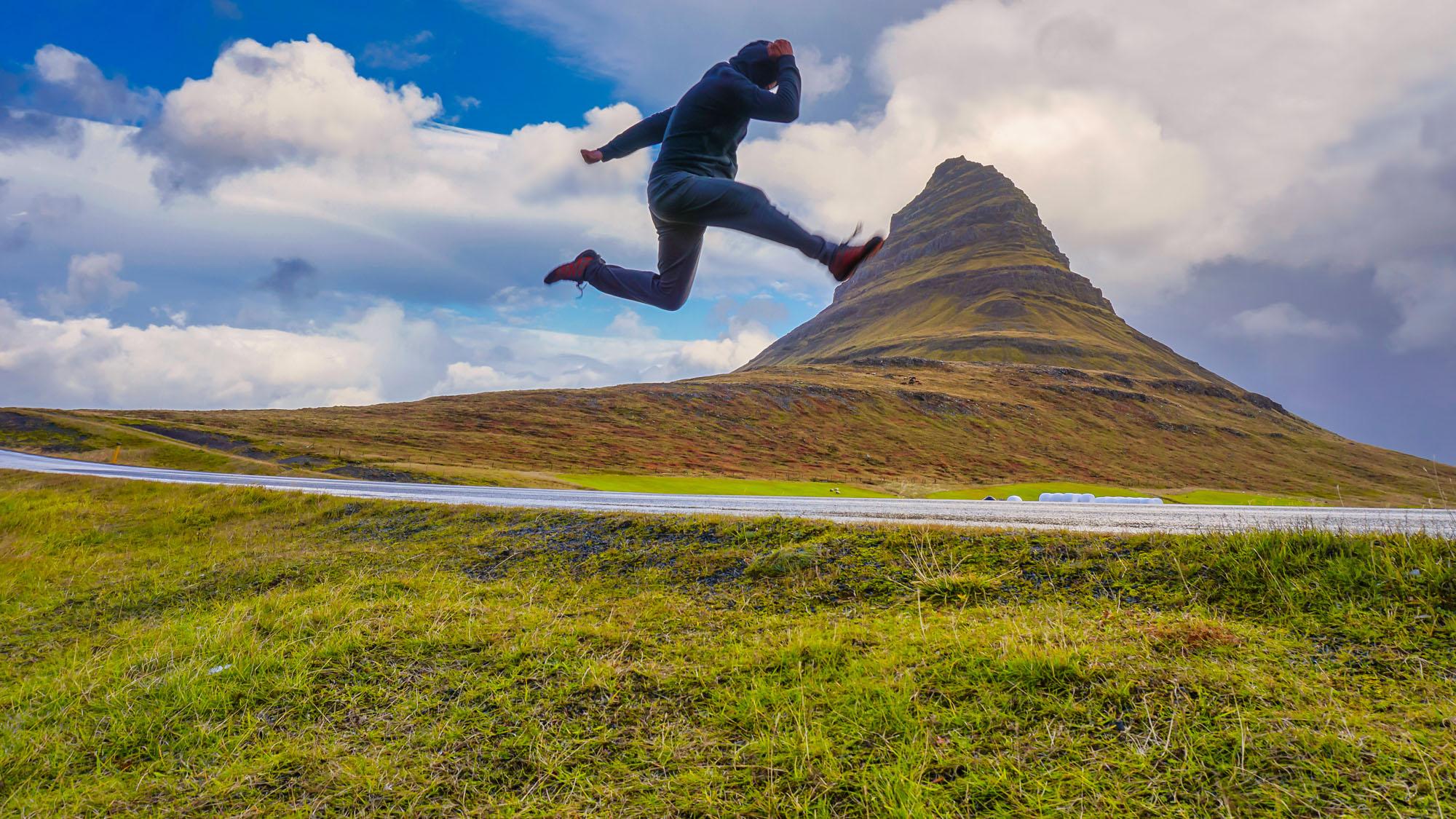 冰岛西部斯奈山半岛的教会山Kirkjufell也有草帽山的称呼