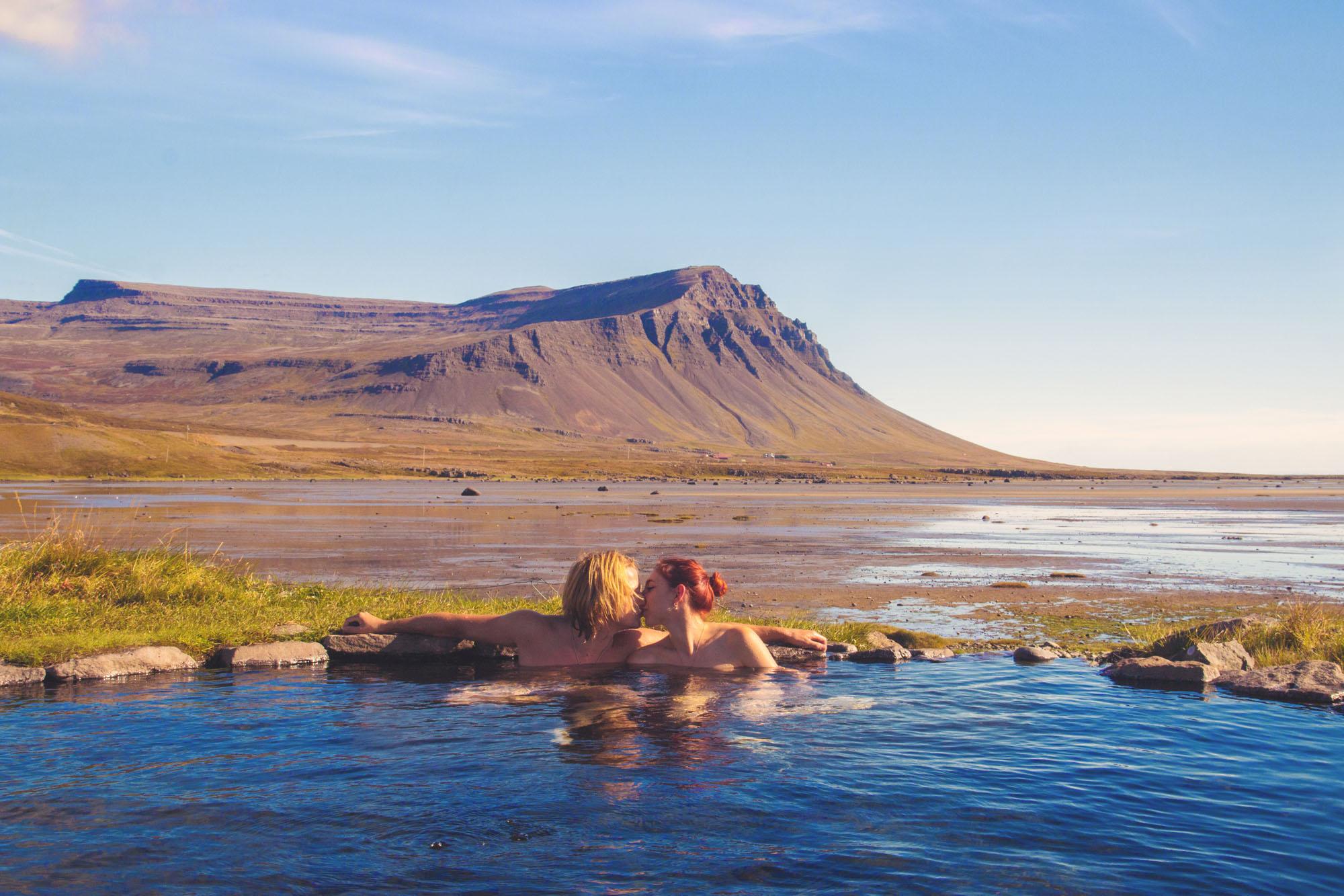 冰岛西峡湾内有许多一个比一个浪漫的天然地热温泉