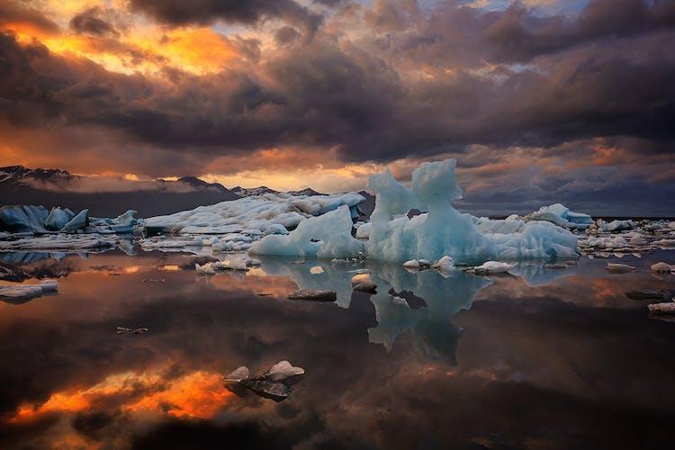 Auch im Sommer treiben Eisberge über den Gletschersee Jökulsarlon, aber sie sind kleiner als im Winter.