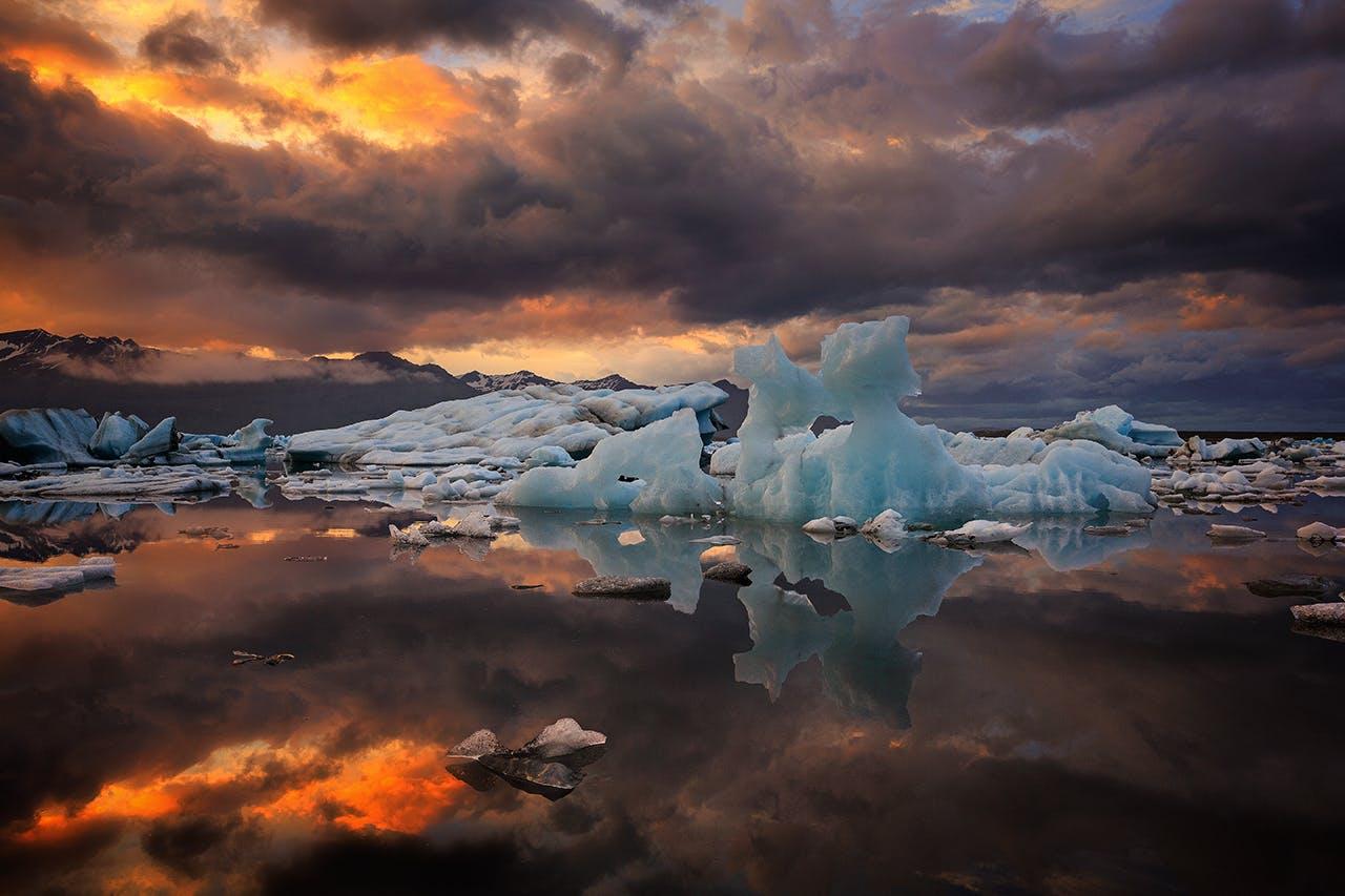 Nawet latem laguna lodowcowa Jokulsarlon wypełnia się mniejszymi lub większymi górami lodowymi.