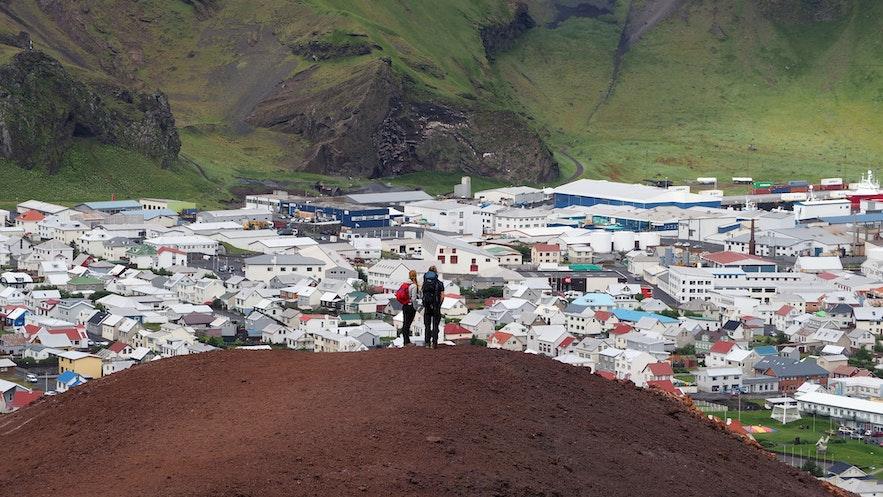 登顶Eldfell火山可以鸟瞰赫马岛小镇